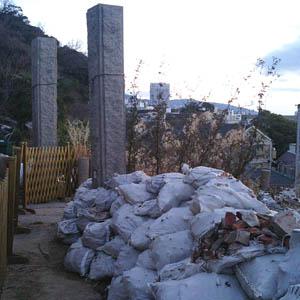 神社の瓦礫